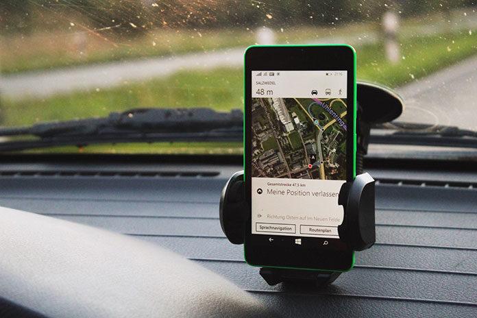 Zalety mocowania telefonów przy pomocy uchwytów samochodowych i rowerowych